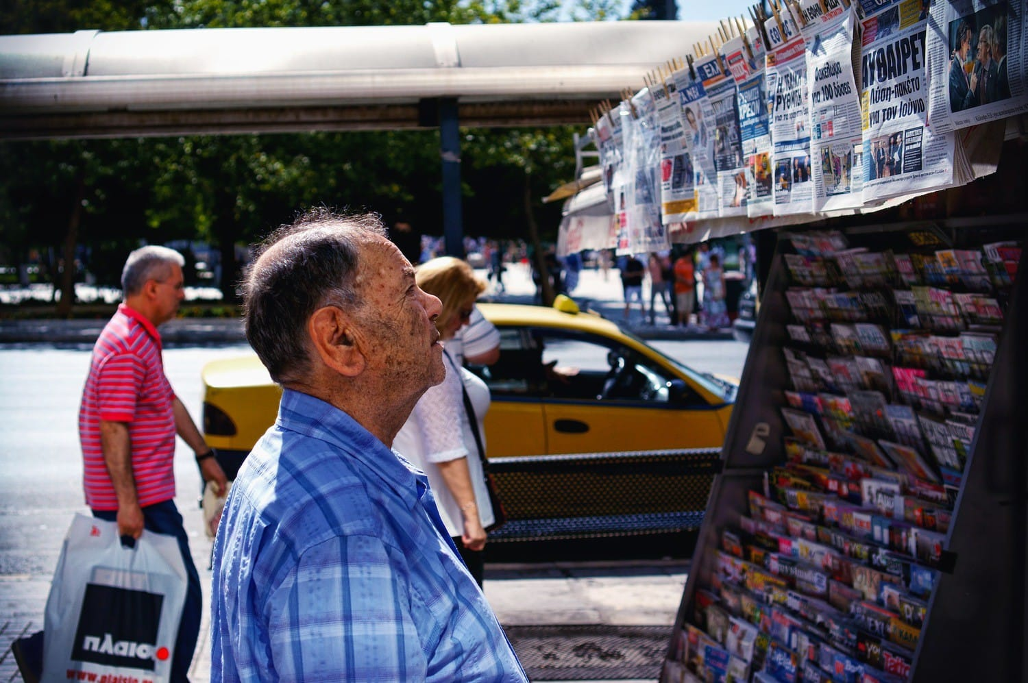 athens-reading-the-news