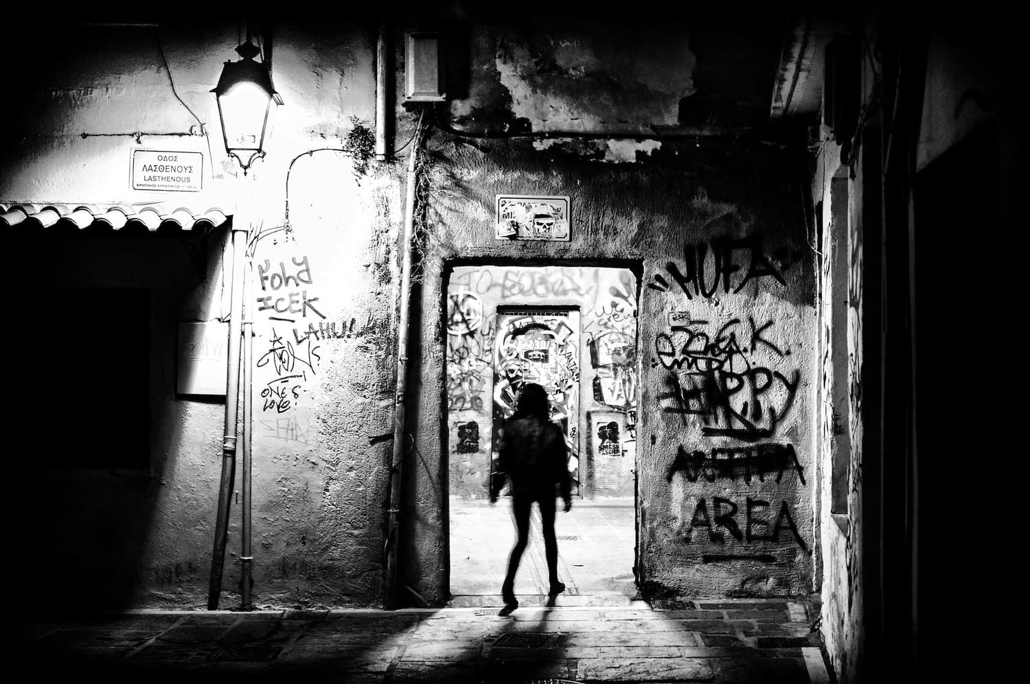 night-walk-in-the-decaying-alleys-bw