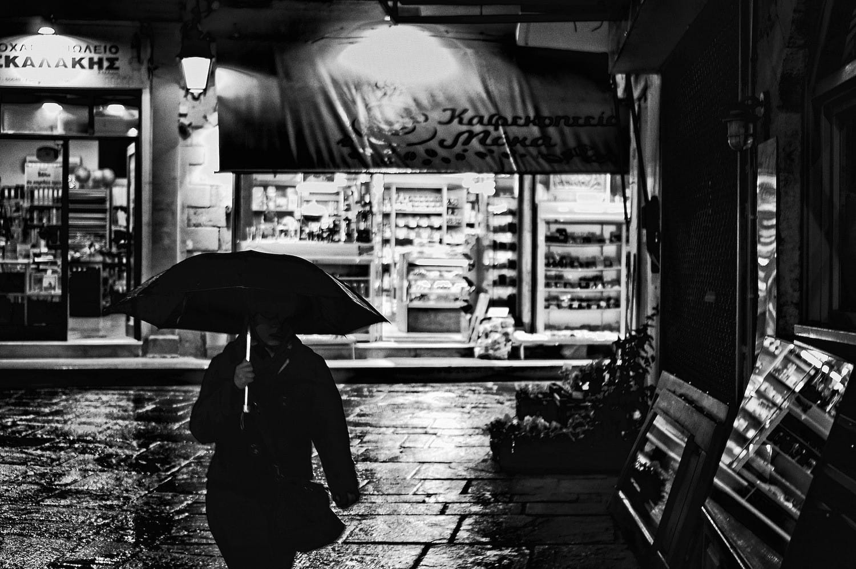 night-walking-in-the-rain-umbrella