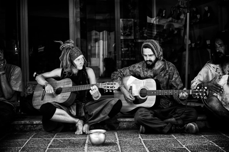 street-performers-monochrome