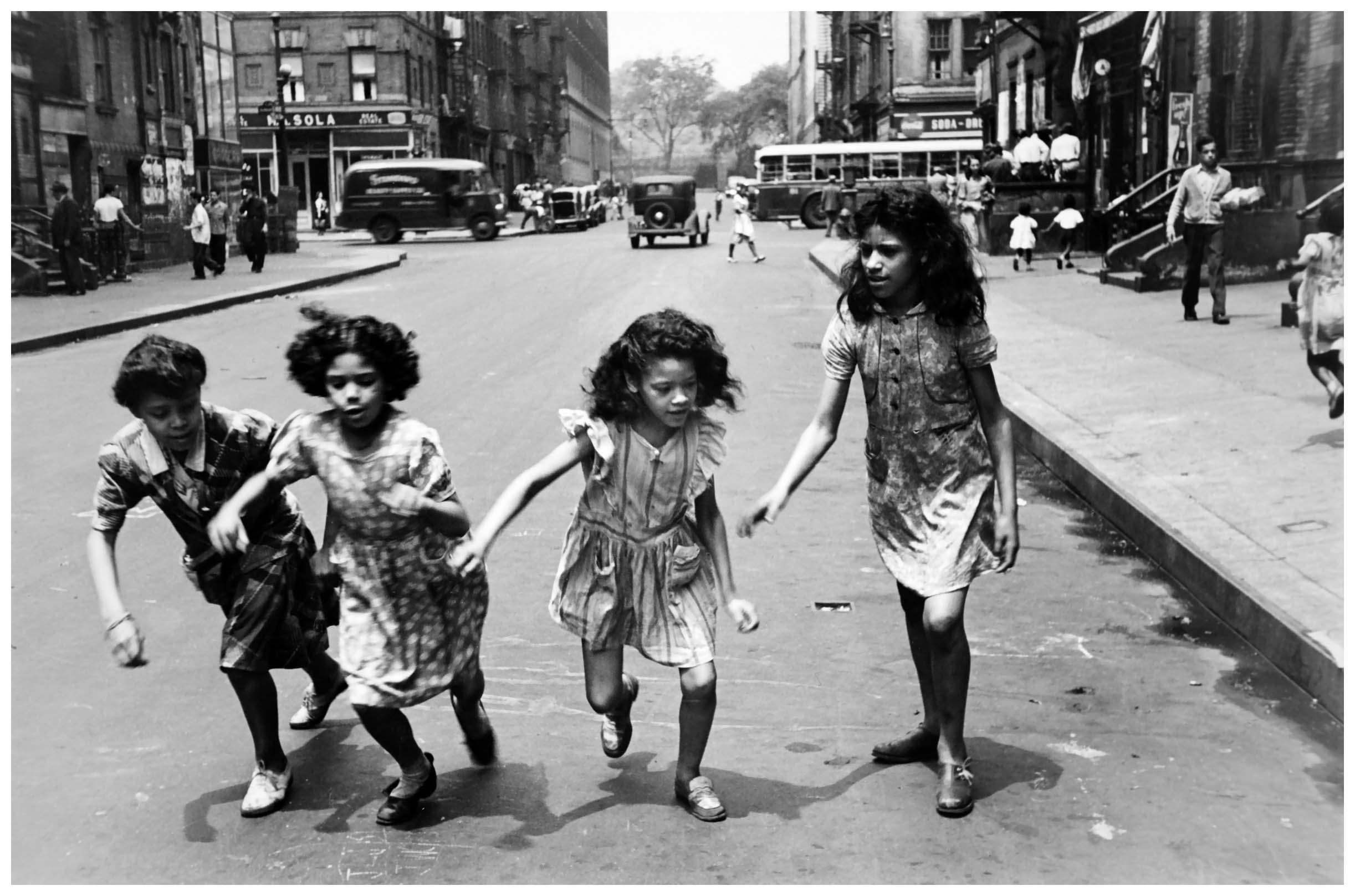 Helen Levitt ny four girls runninginstreet1950